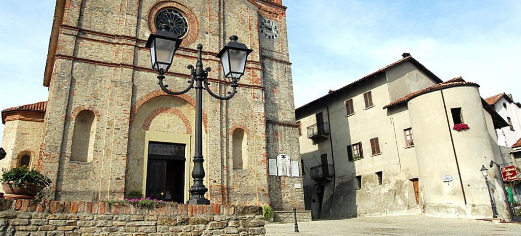 Benevello (piazza chiesa e castello)